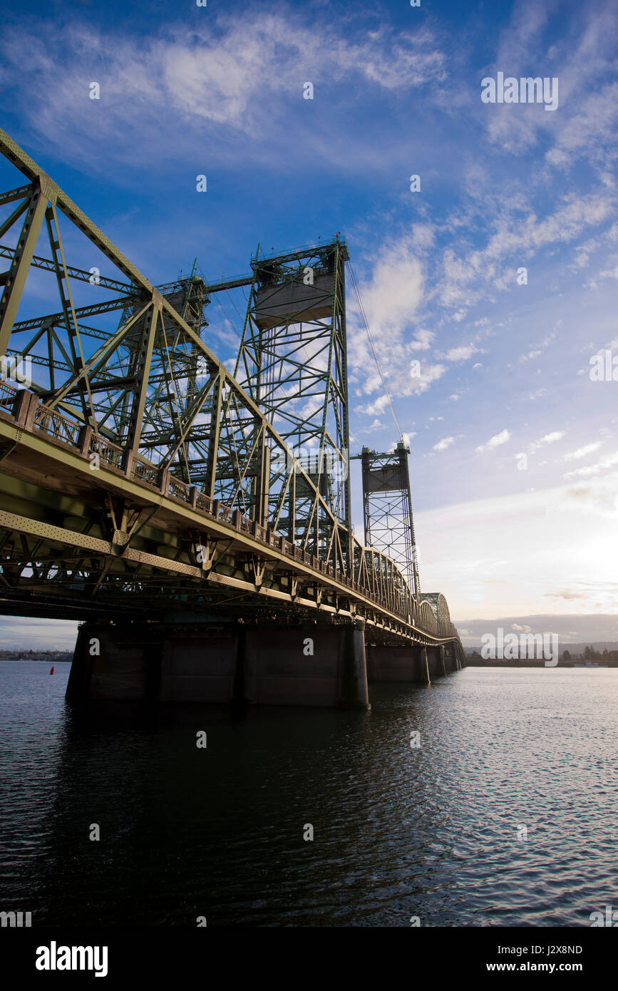 Interstate bridge between Oregon and Washington with arched