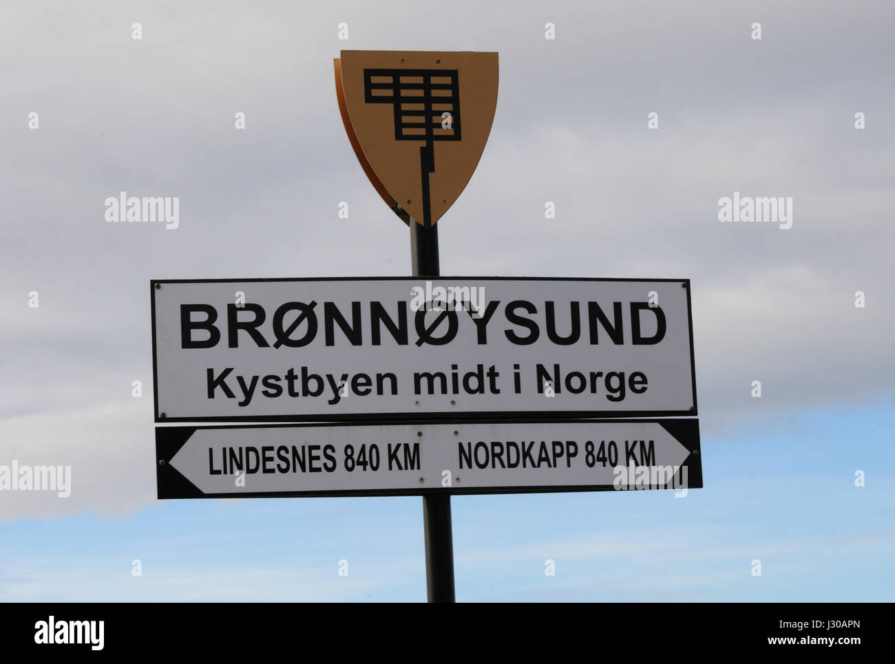Sign saying that  Bronnoysund is in the middle of Norway 'Kystbyen midt i Norge', The coastal city in the middle - Stock Image