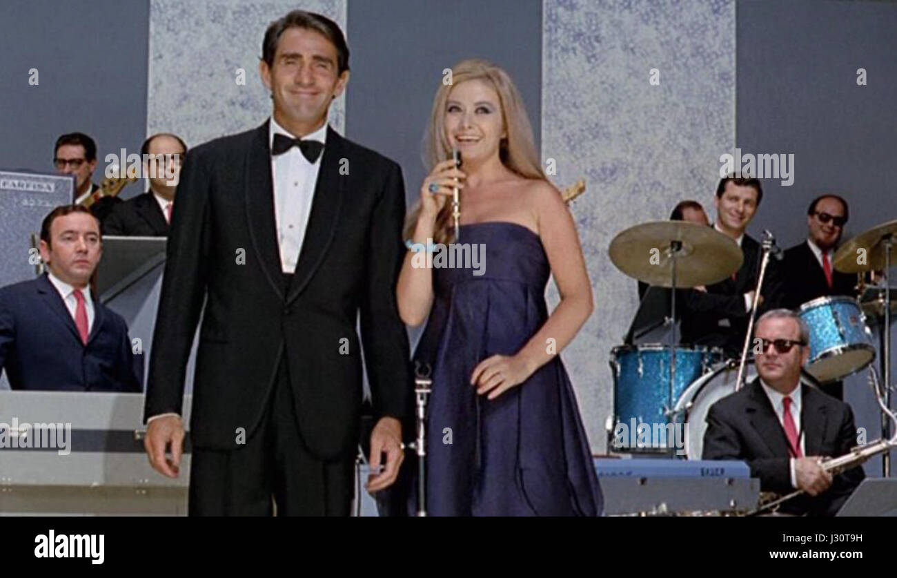 I presentatori del Cantagiro 1967, Walter Chiari e Paola Quattrini, con l'orchestra del Cantagiro Stock Photo