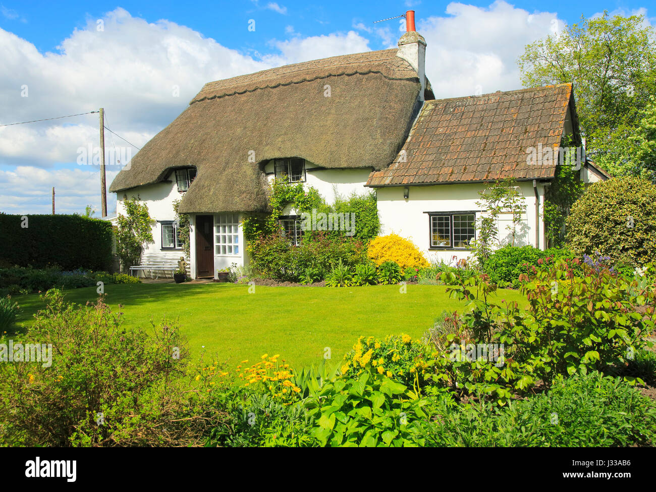 Pretty thatched country cottage and garden, Cherhill, Wiltshire, England, UK - property released - Stock Image