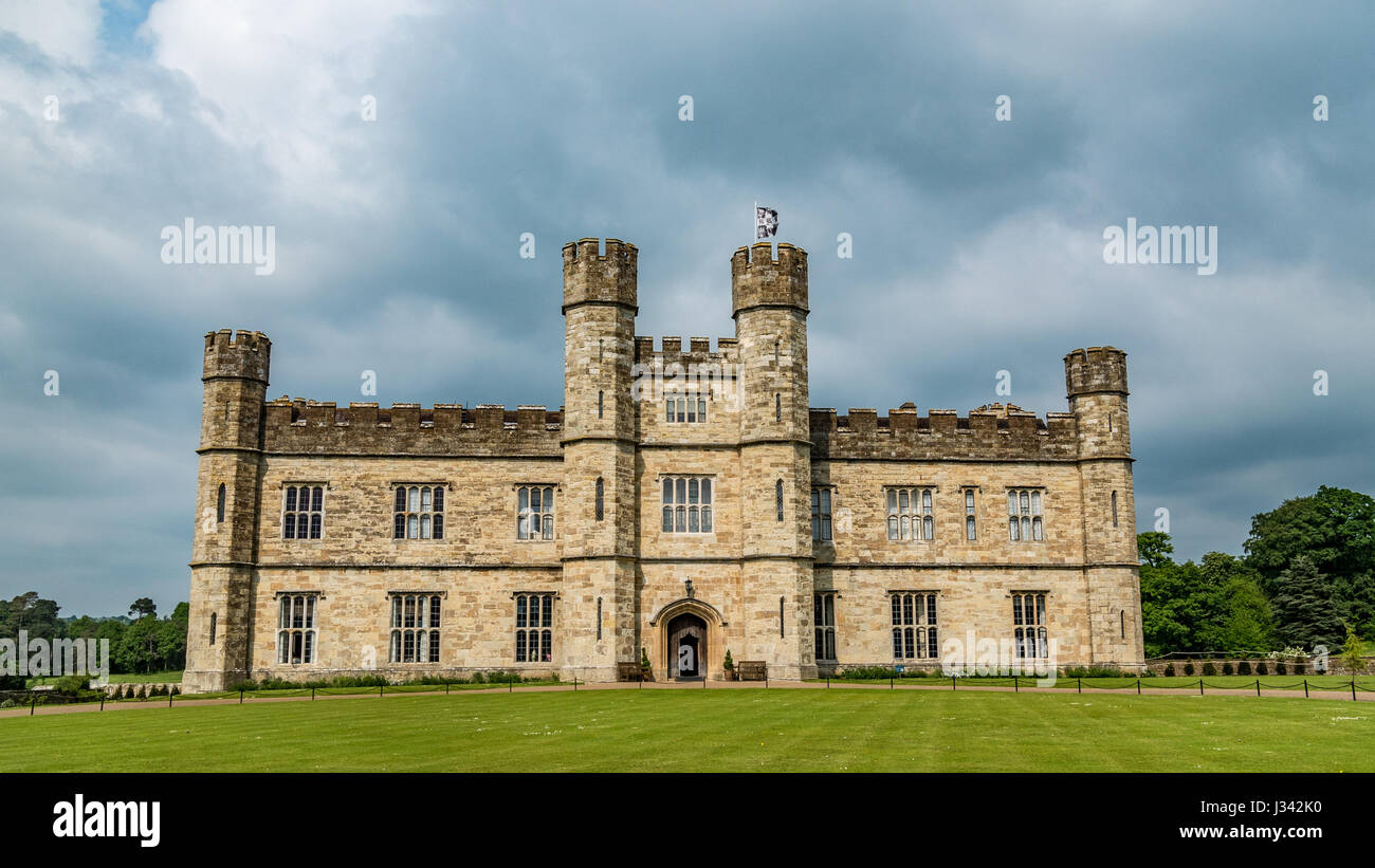 View of a moated medieval castle in England - Stock Image