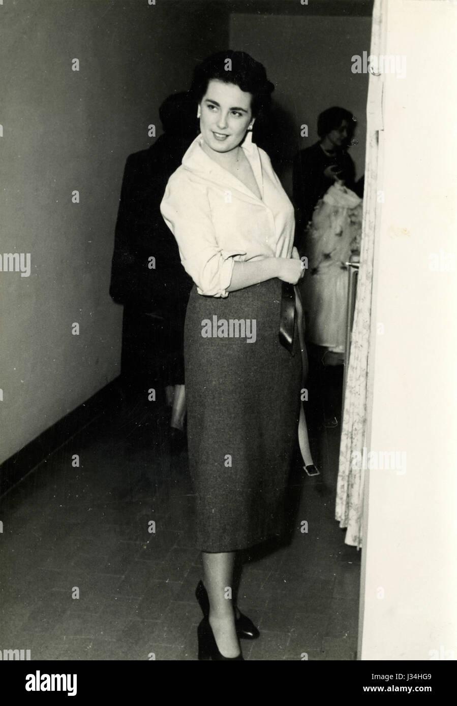 Dressing model, Italy ca. 1950 - Stock Image