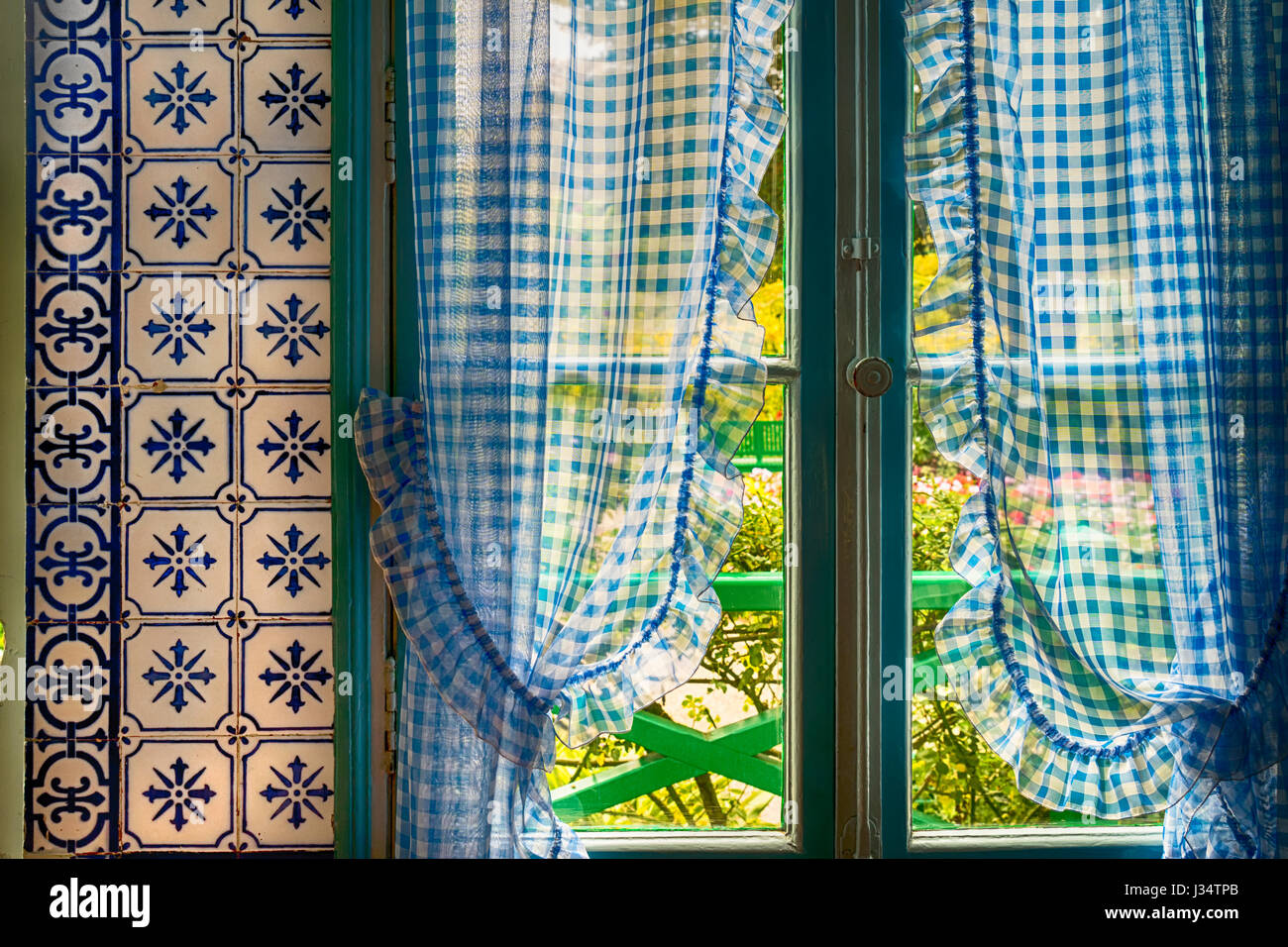 Kitchen Curtains Stock Photos & Kitchen Curtains Stock Images - Alamy