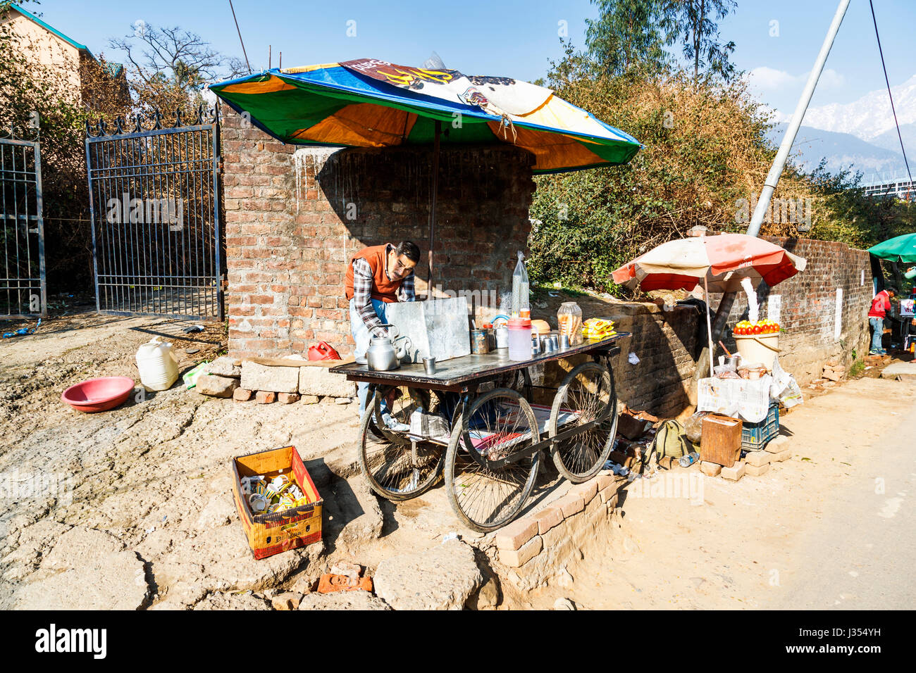 Local lifestyle: typical roadside street tea (chai) wheeled barrow stall by Himachal Pradesh Cricket Stadium, Dharamshala, - Stock Image