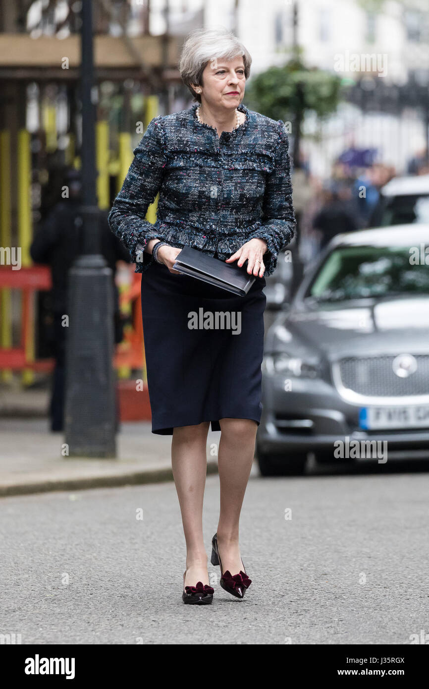 London, UK. 3rd May 2017. Theresa May, the British Prime Minister gives a speech in Downing Street today after visiting - Stock Image