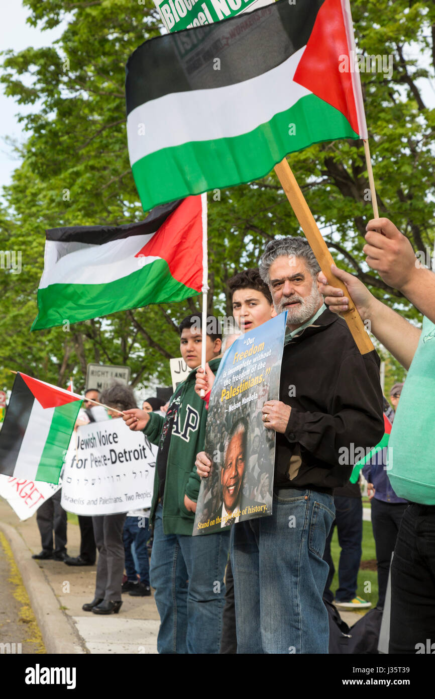 Dearborn, Michigan, USA. 3rd May, 2017. Members of American Muslims for Palestine and Jewish Voice for Peace hold Stock Photo