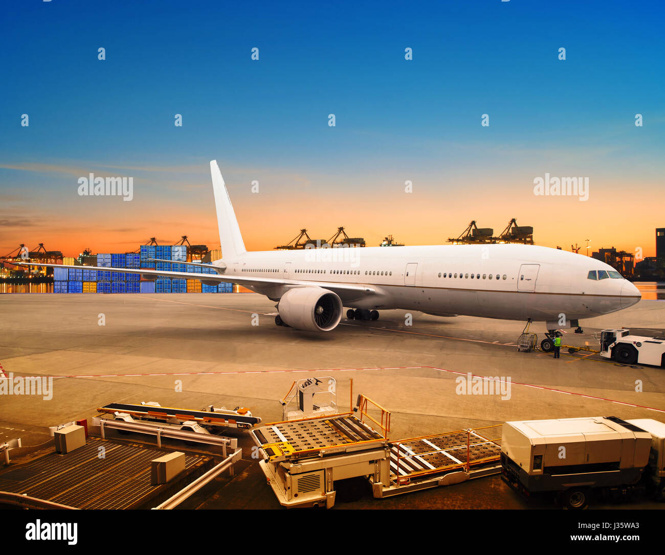 Cargo Plane Loading Stock Photos Amp Cargo Plane Loading