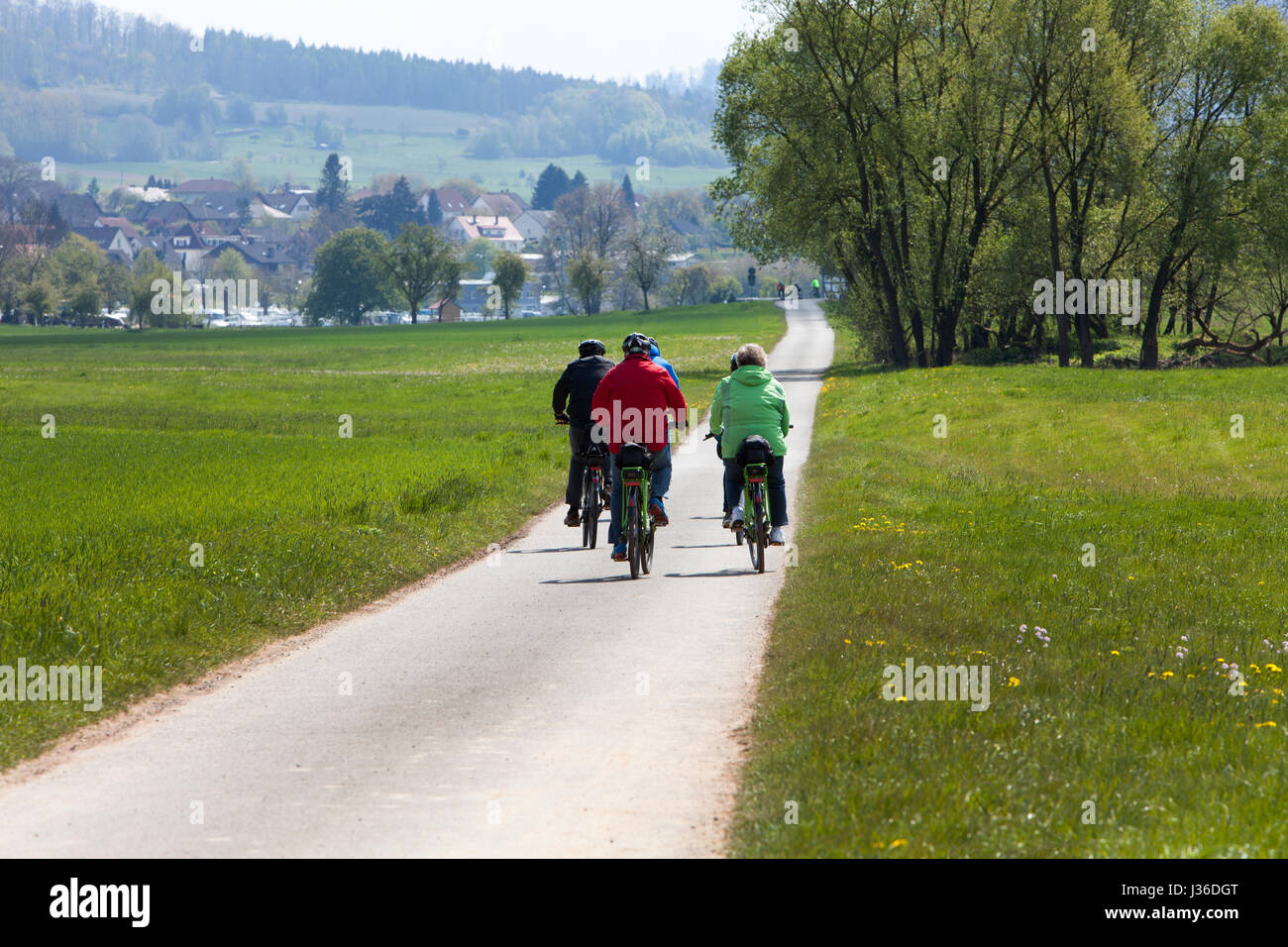 The Weser bikeway R1 between the villages of Gewissenruh and Gieselwerder, along the River Weser, Upper Weser Valley, - Stock Image