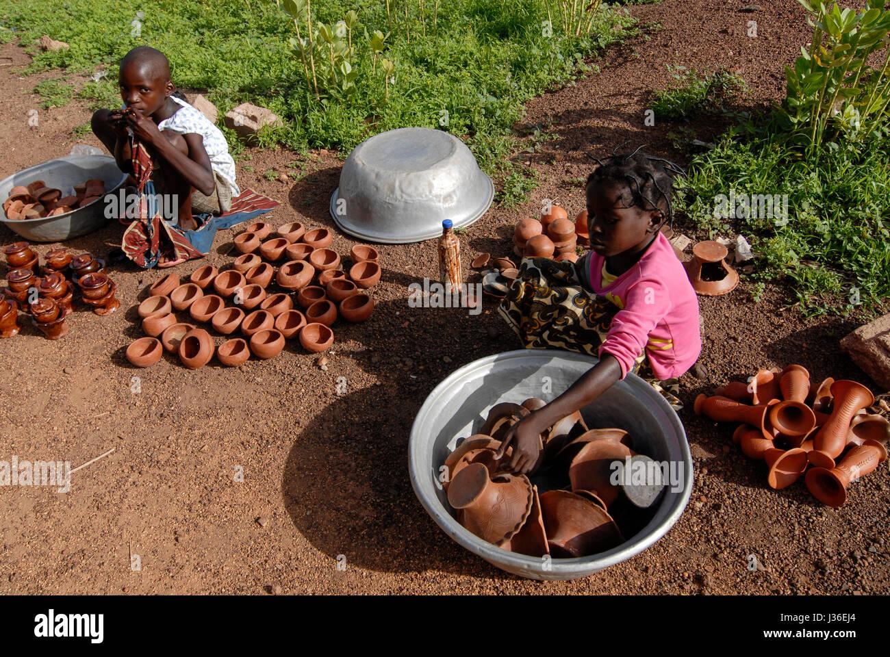 BURKINA Faso, Gaoua, children sell pottery at market / BURKINA FASO, Gaoua, Kinder verkaufen Toepferwaren auf dem - Stock Image