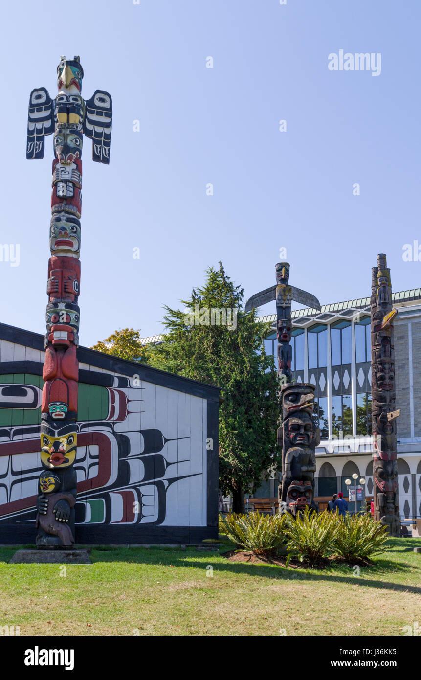 Totems in Thunderbird Park, Victoria British Columbia Canada - Stock Image
