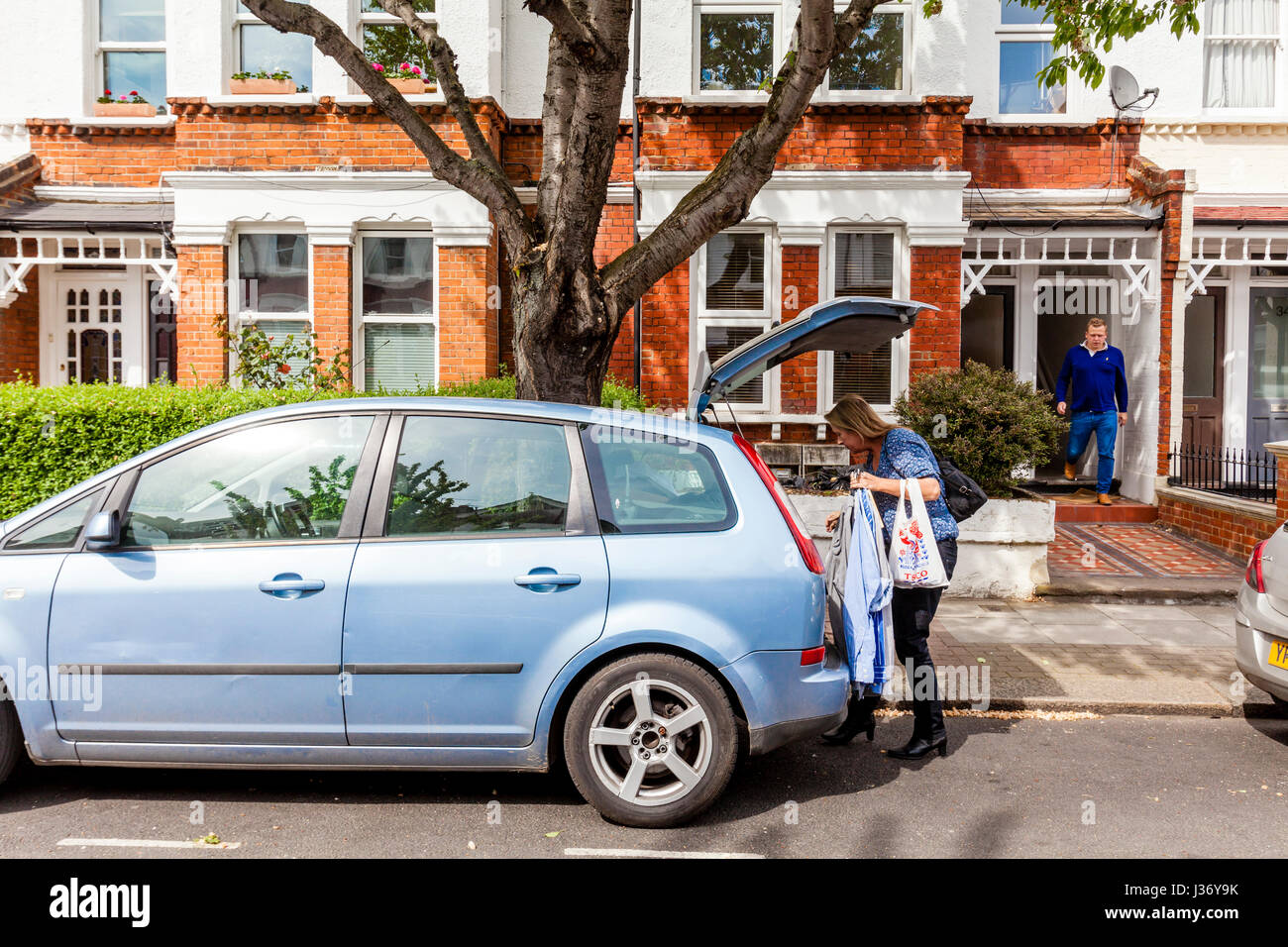 A Mother Helps Her Son Move Home, London, England - Stock Image