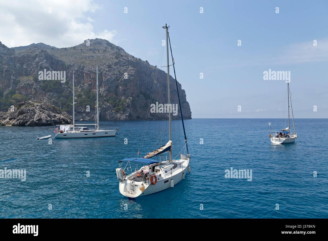 sailing boats in the bay of Sa Calobra, Serra de Tramuntana, Mallorca, Spain - Stock Image