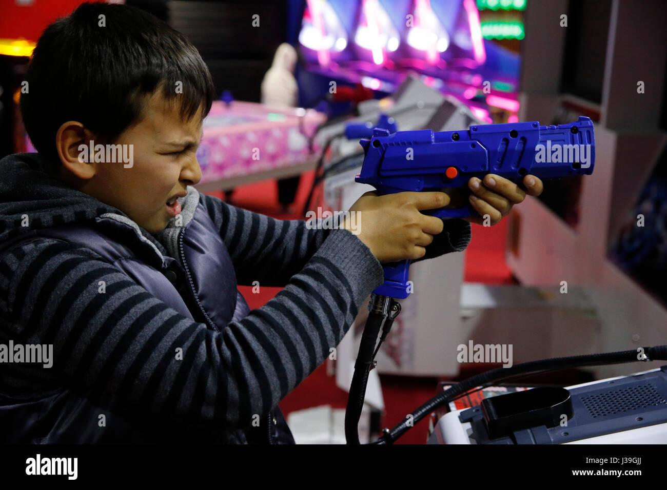 Garçon de 10 ans dans une salle de jeux. - Stock Image