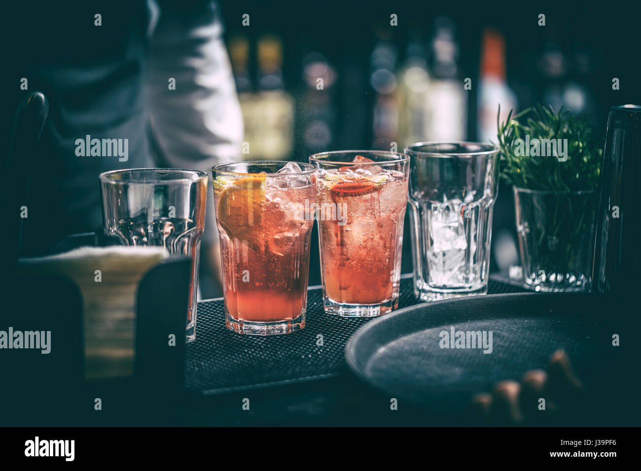 Cocktais are standing prepared on the bar - Stock Image