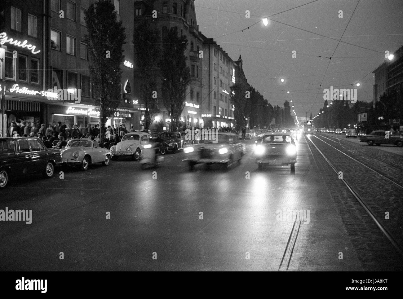 The Leopoldstrasse in Munich in the evening, 1963 - Stock Image