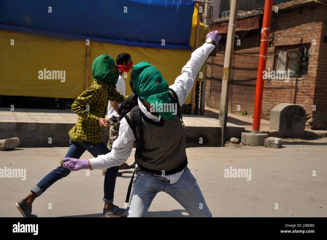 Srinagar, Kashmir. 5th May, 2017. Kashmiri Muslim protestors pelted stones towards Govt. forces after Friday prayers - Stock Image