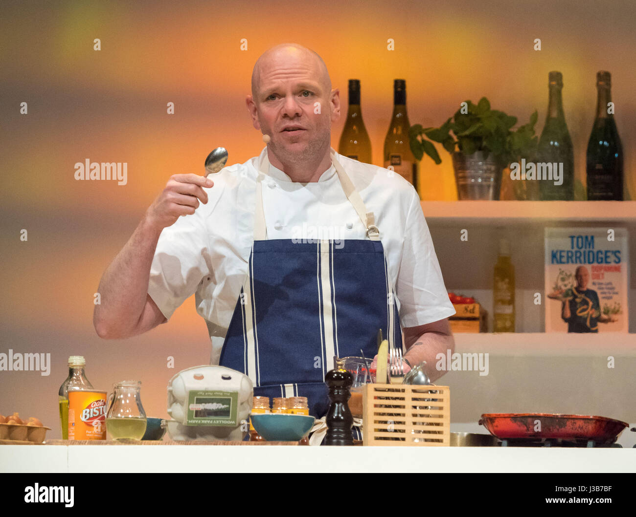 Harrogate, UK. 5th May, 2017. Tom Kerridge, TV presenter and Michelin starred Chef cooking live in the Supertheatre - Stock Image