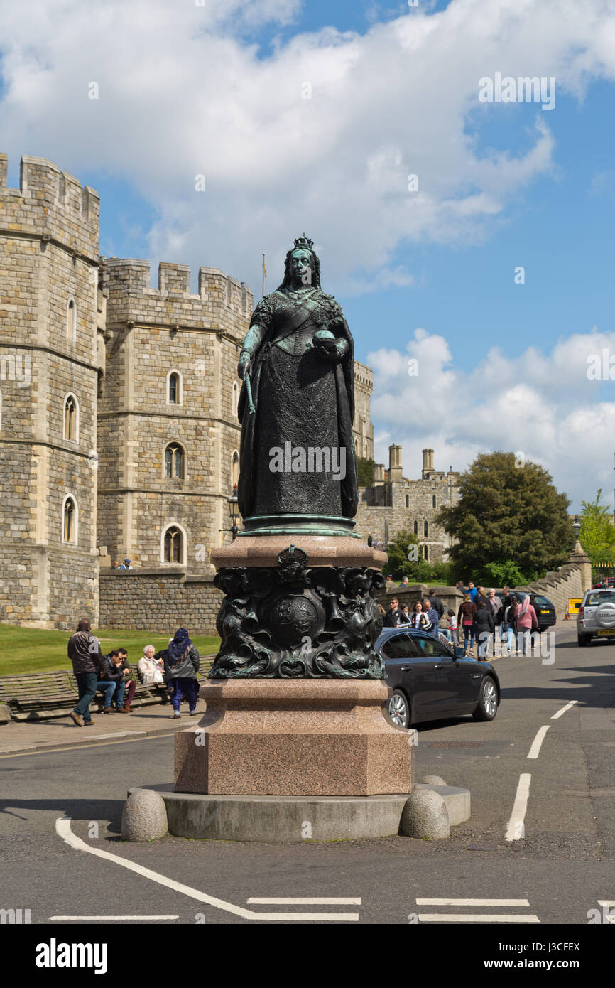 Queen Victoria statue in Windsor on a busy day - Stock Image