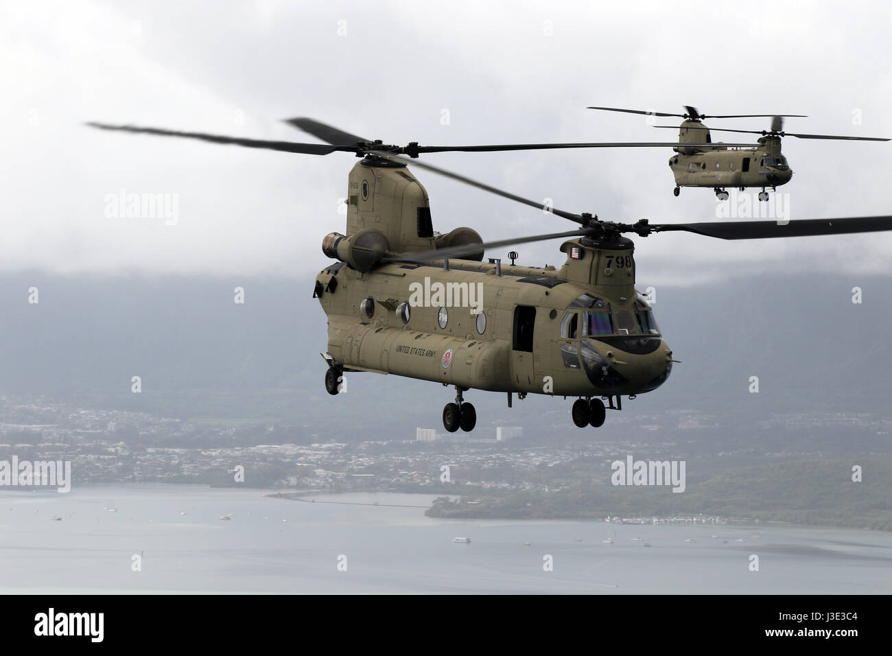 U.S. Army National Guard soldiers conduct an orientation flight in CH-47F Chinook helicopters at the Bellows Air - Stock Image
