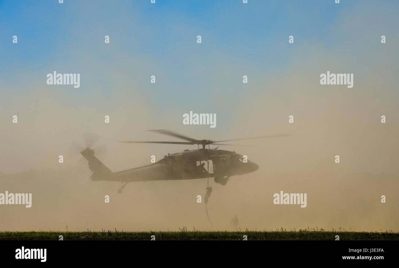 U.S. Army Ranger soldiers fast rope from a USA UH-60 Black Hawk helicopter during the David E. Grange, Jr. Best - Stock Image