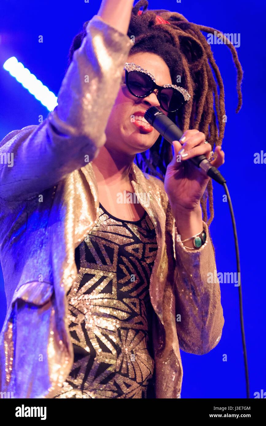 Valerie June performing live at the Cheltenham Jazz Festival,  Cheltenham, UK. April 28, 2017 - Stock Image