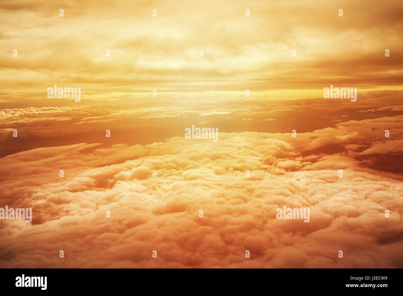 Spectacular view of a sunset above the clouds from the top of the mountain - Stock Image
