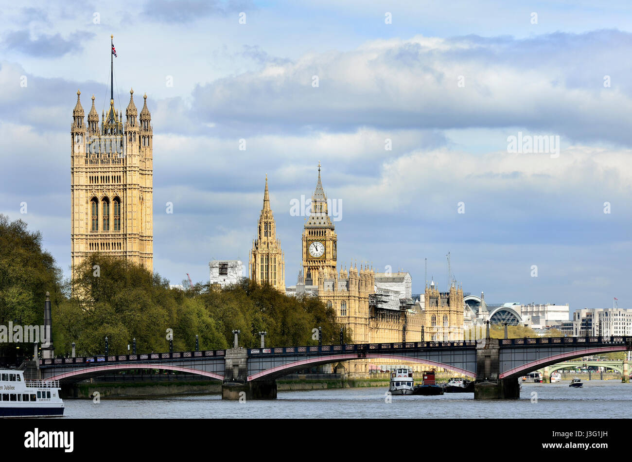 London, England, UK. Houses of Parliament and Lambeth Bridge seen from Vauxhall Bridge - Stock Image