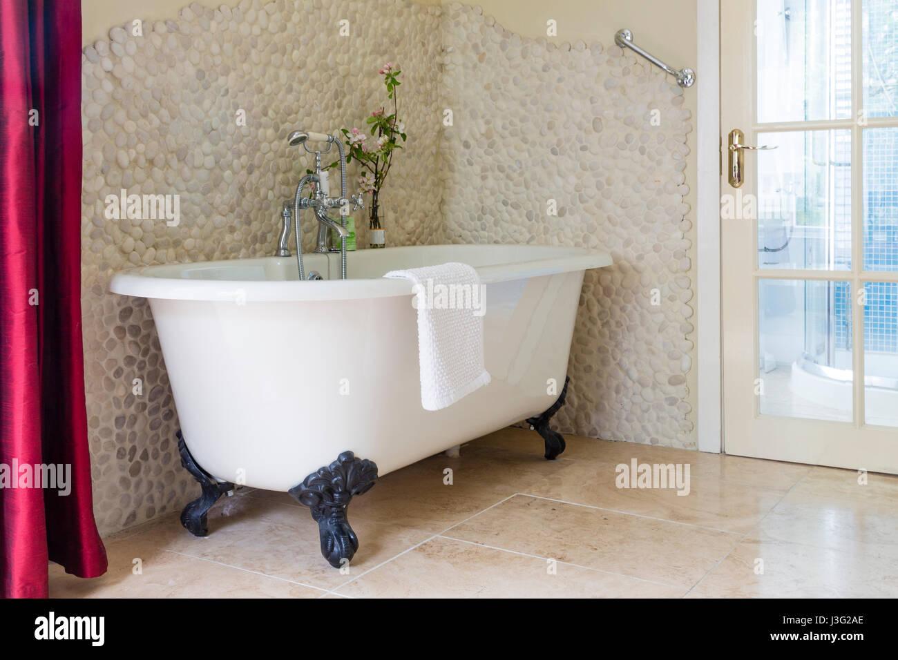 Free standing enamel pedestal bath tub - Stock Image