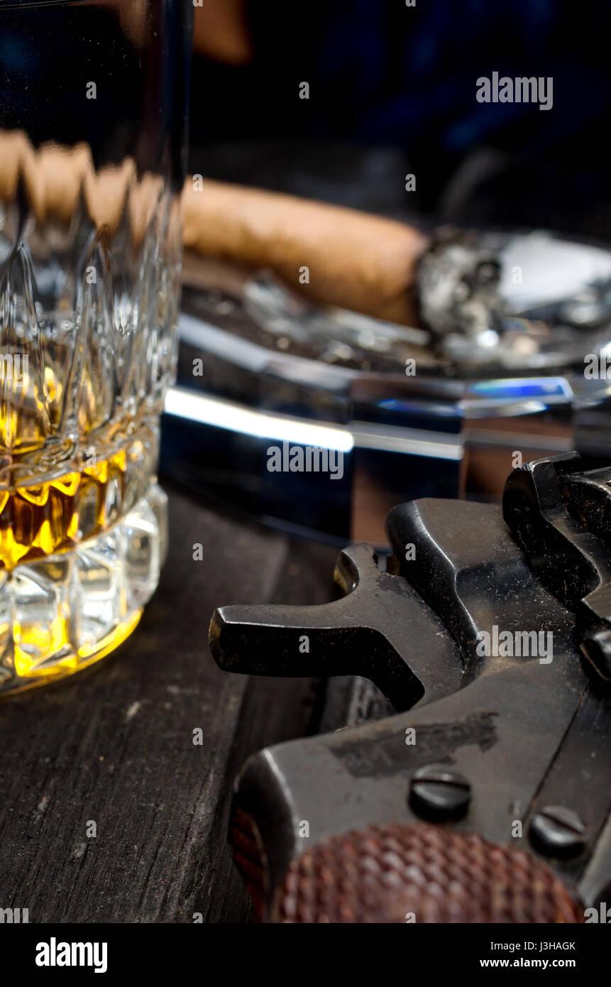 Thompson gun, revolver, cigar on ashtray, whiskey glass - Stock Image