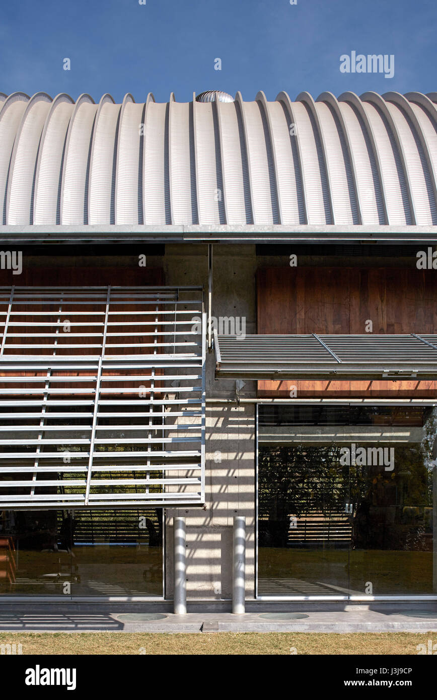 Garden side exterior view with louvres open. The Pool Studio of Matharoo Associates, Ahmedabad, India. Architect: - Stock Image