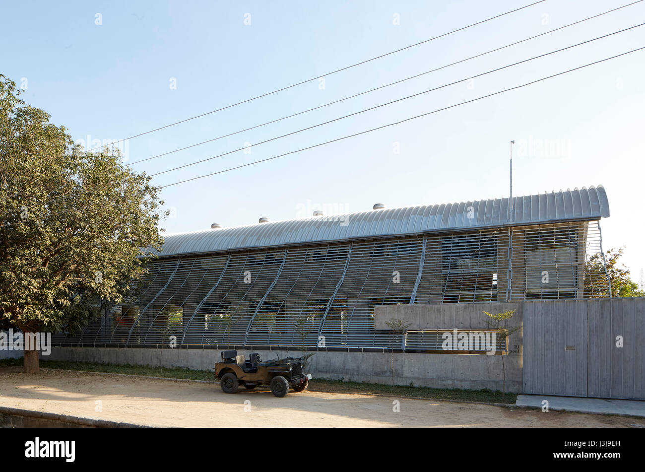 Street side exterior view with jeep. The Pool Studio of Matharoo Associates, Ahmedabad, India. Architect: Matharoo - Stock Image