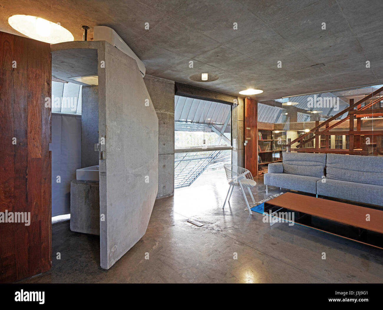Sitting room with cast concrete toilet on upper floor. The Pool Studio of Matharoo Associates, Ahmedabad, India. - Stock Image