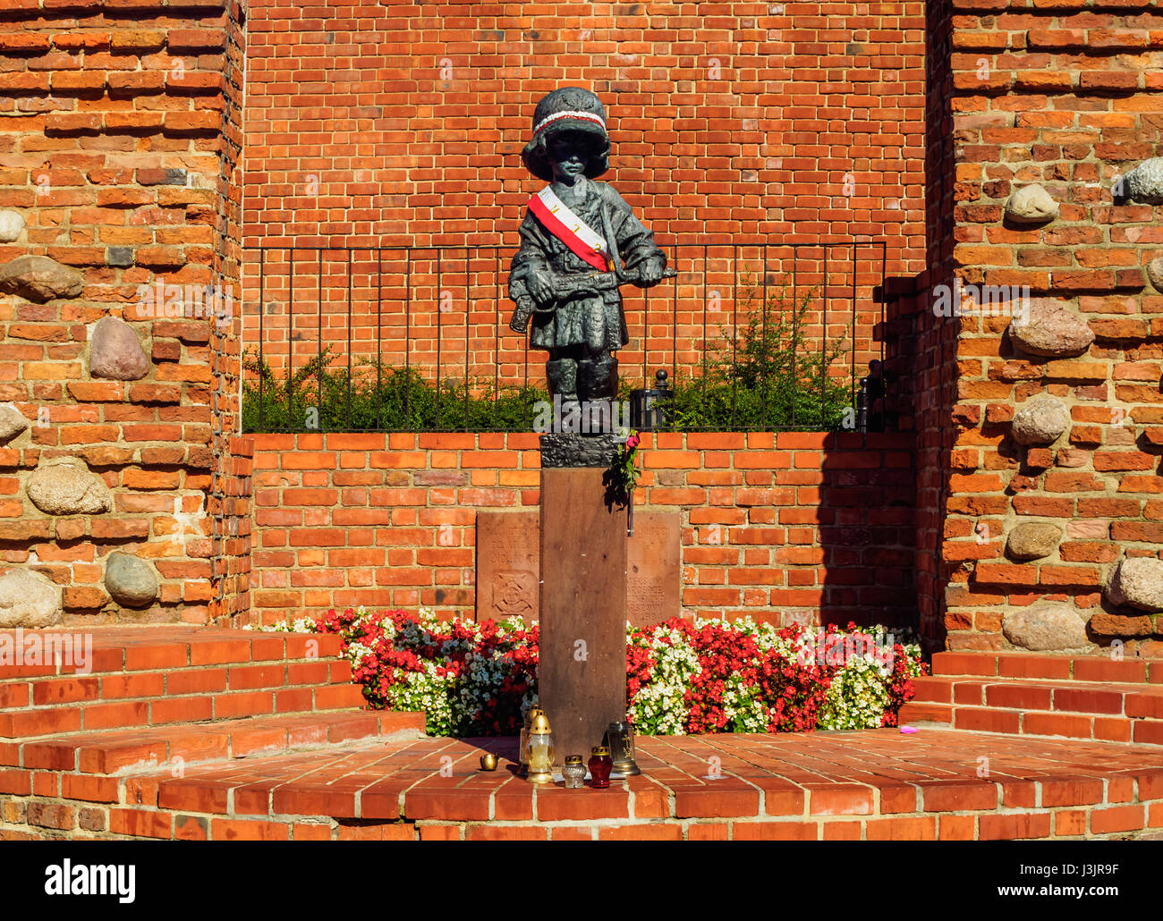 Poland, Masovian Voivodeship, Warsaw, Old Town, Little Insurrectionist sculpture by Jerzy Jarnuszkiewicz Stock Photo