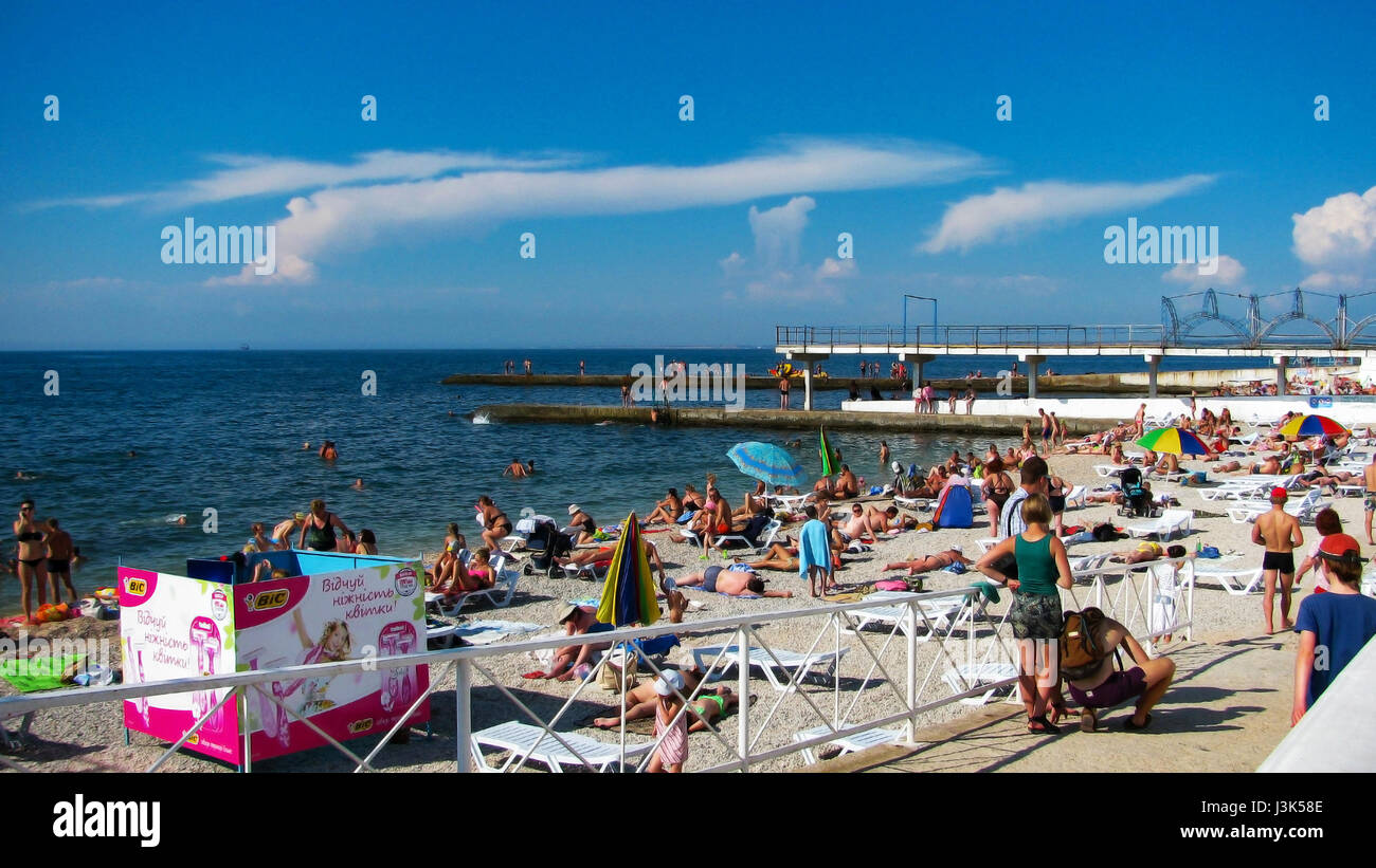 Människor koppla av på stranden vid havet Stock Photo