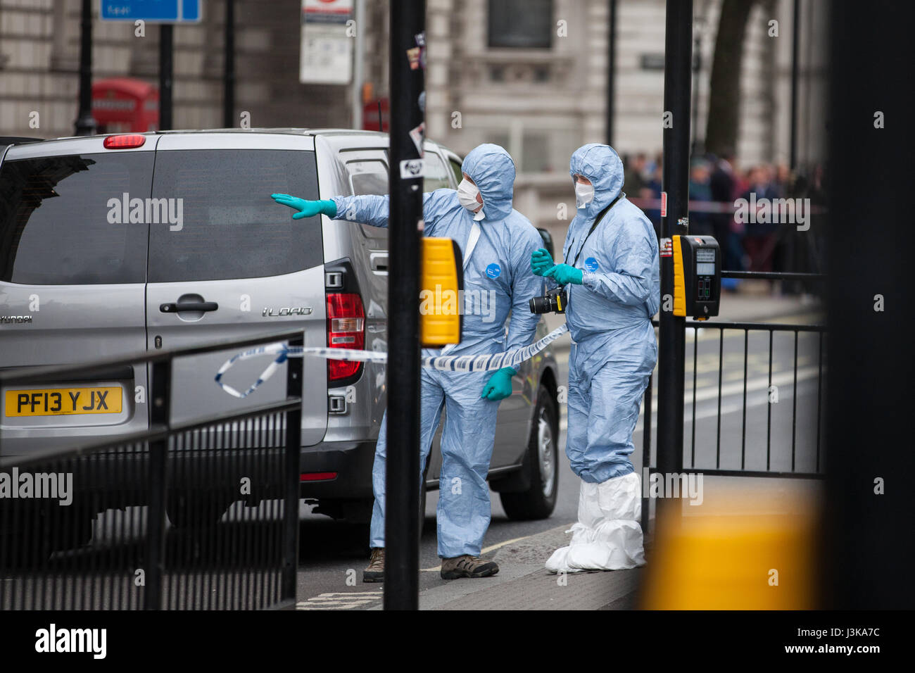 London, UK. 27th April, 2017. Police forensic officers carry out investigations within a cordon after a man was - Stock Image