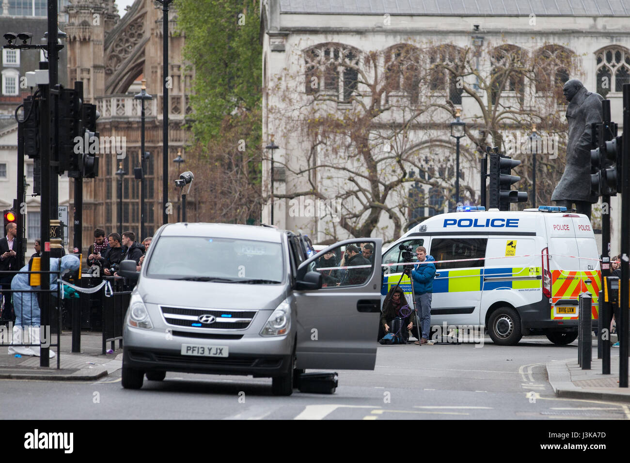 London, UK. 27th April, 2017. Police forensic officers (l) investigate within a cordon after a man was arrested - Stock Image