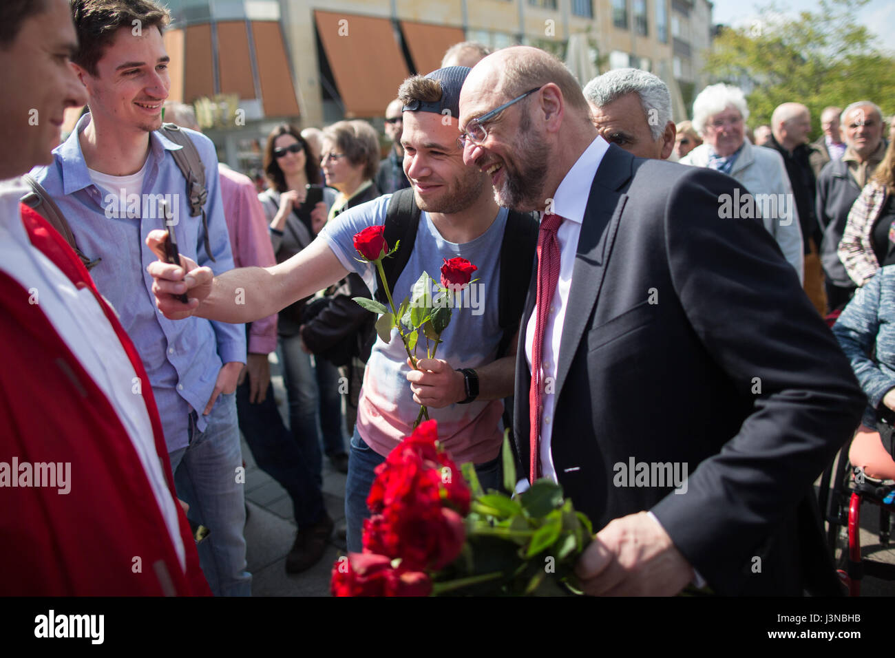 Mulheim and der Ruhr, Germany. 6th May, 2017. The SPD's candidate for Chancellor, Martin Schulz (R), taking - Stock Image