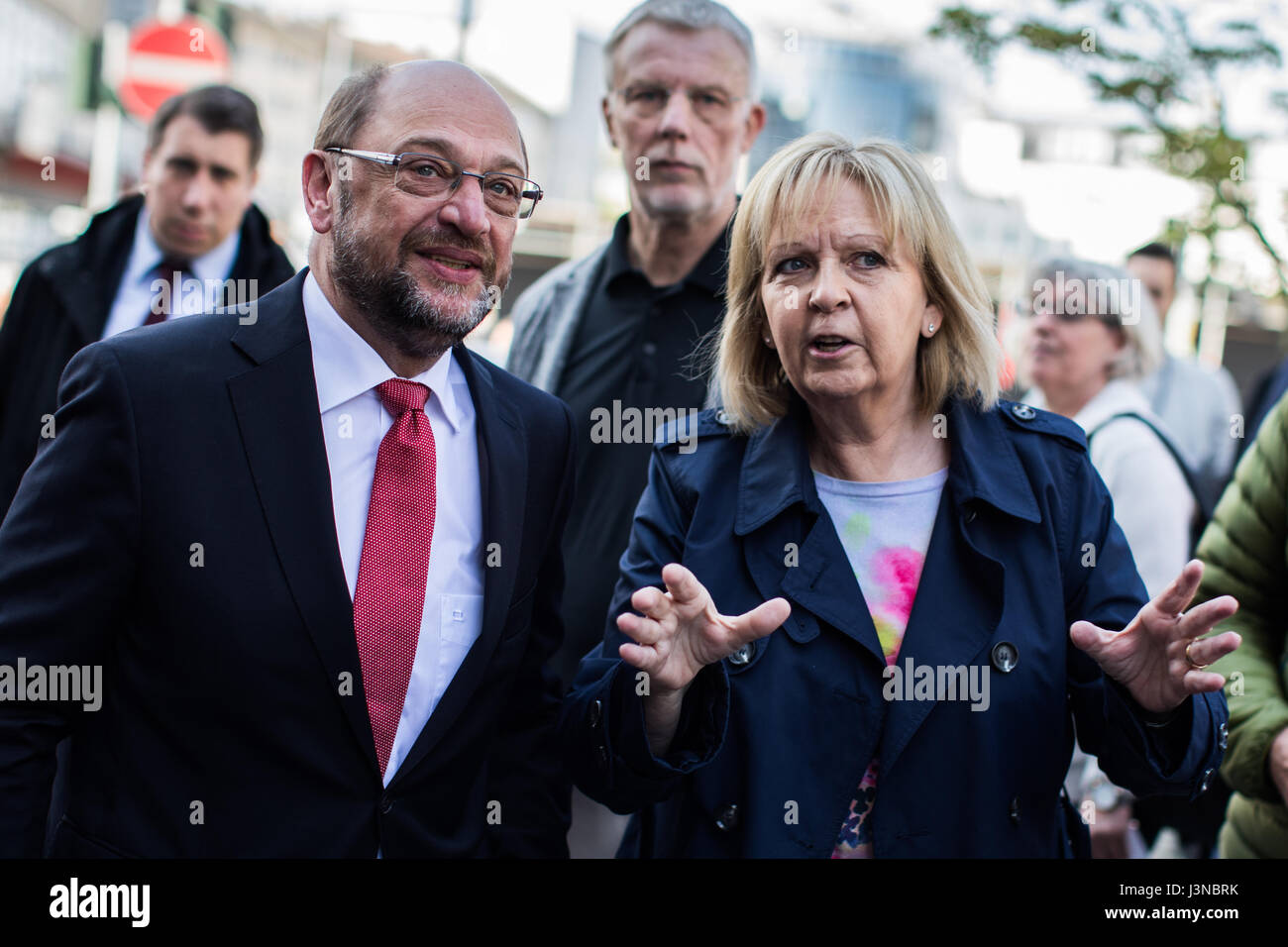 Mulheim and der Ruhr, Germany. 6th May, 2017. The SPD's candidate for Chancellor, Martin Schulz (front left), - Stock Image
