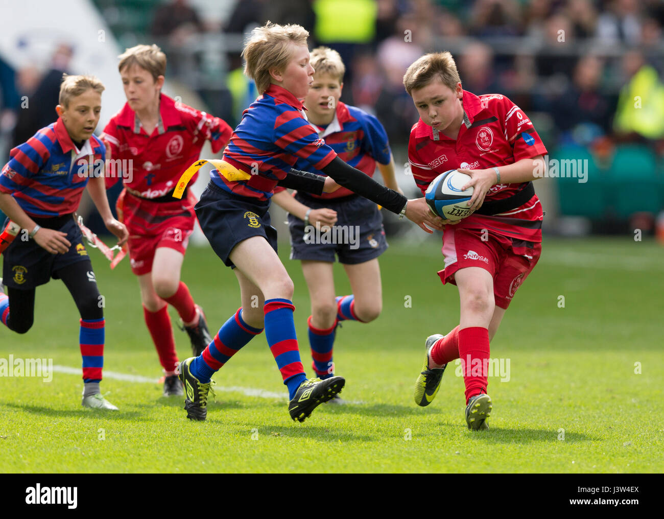Teams of children playing tag rugby - Stock Image