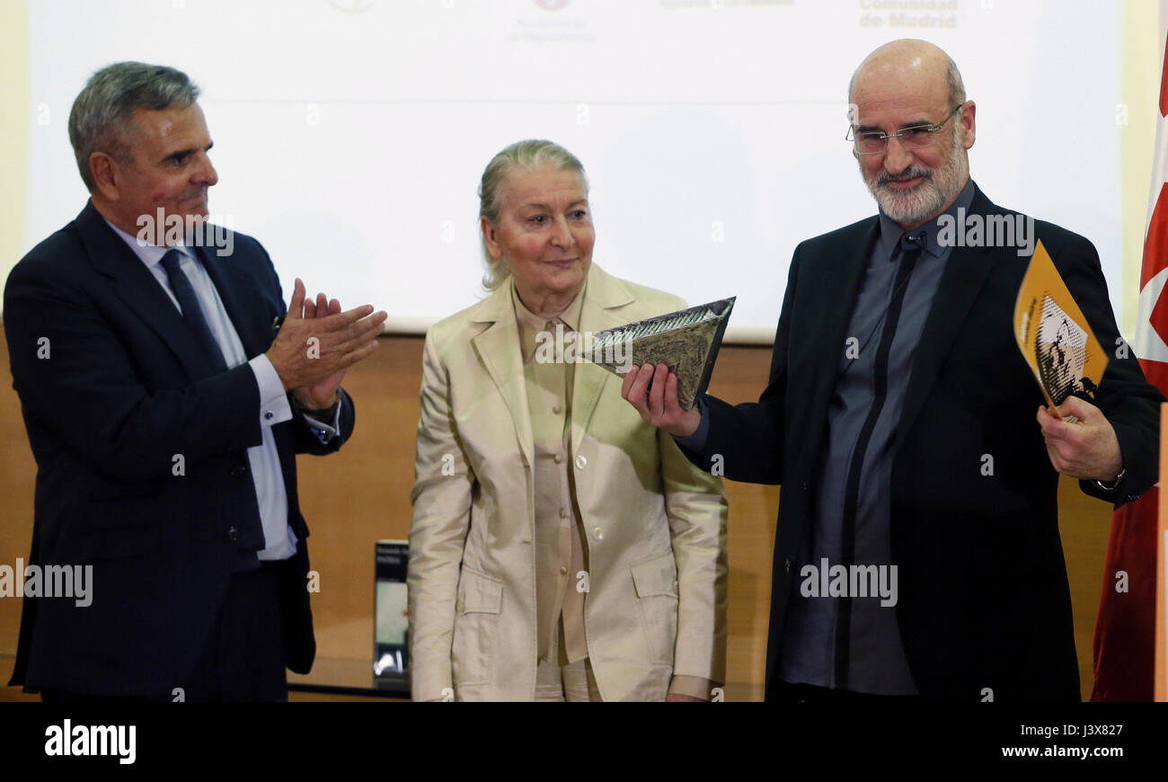 Madrid, Spain. 8th May, 2017. Spanish writer Fernando Aramburu (R), Francisco Umbral's widow Maria Espana Sauarez Stock Photo