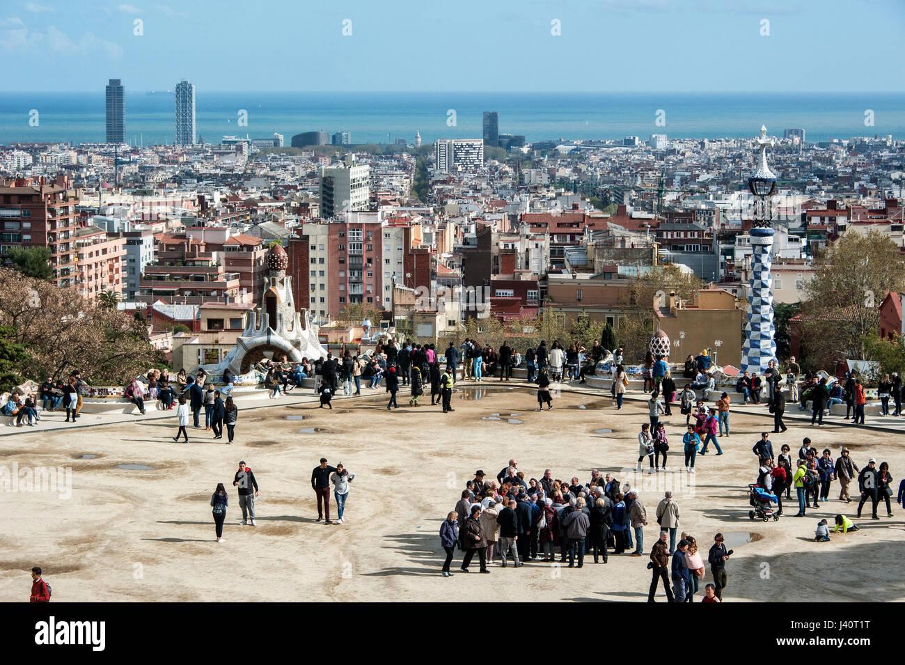 Touristen auf dem Hauptplatz des Park GŸell von Architekt Antoni Gaudi. - Stock Image