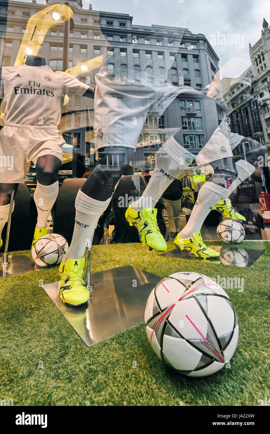 buy popular a7dc3 d827d Mannequins and reflections at Real Madrid Official Store ...