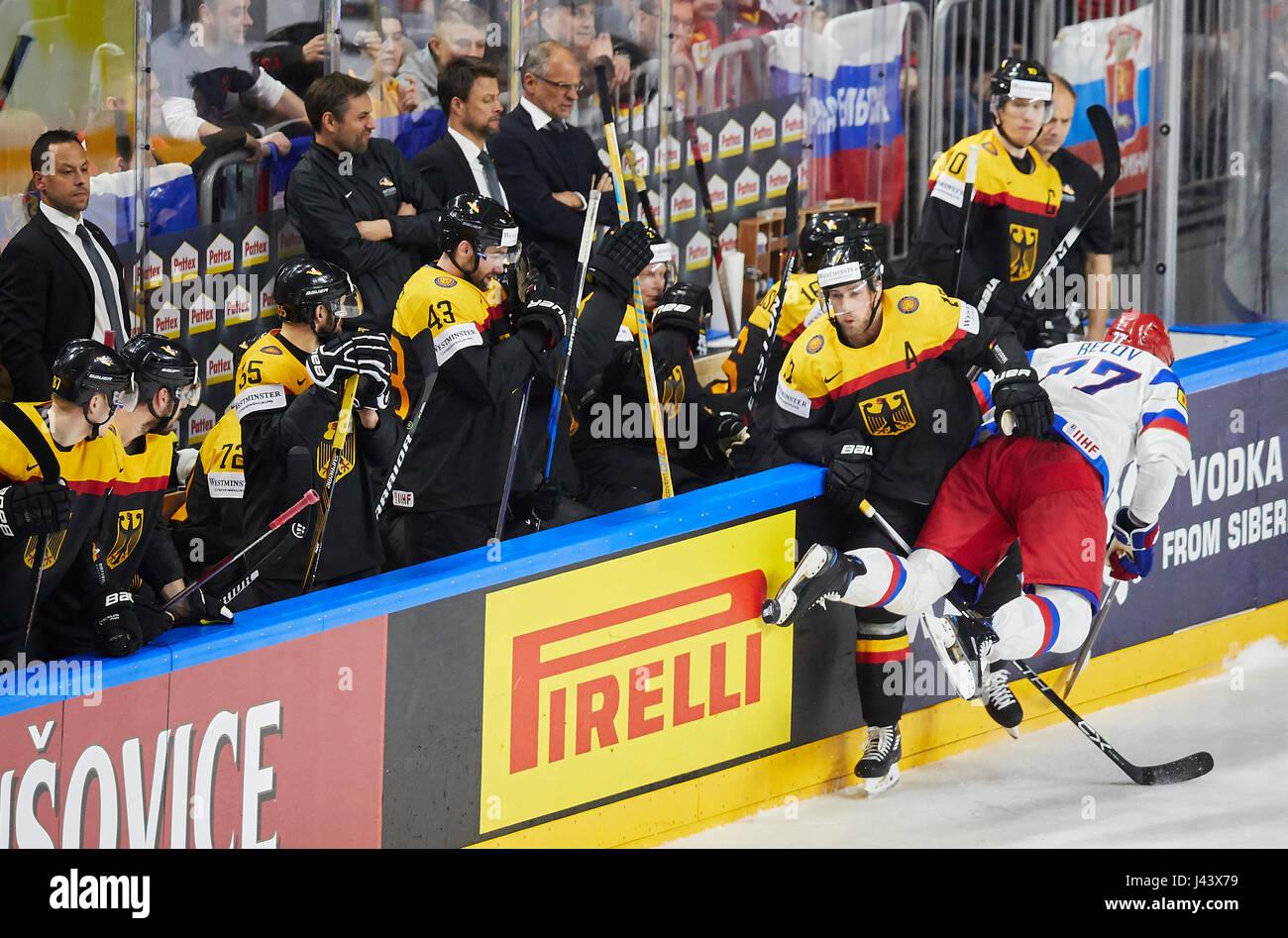 Markus KINK, DEB 17 checkt Anton BELOV, RUS 77 , dahinter NHL Profi Christian EHRHOFF, DEB 10 , links Nationalcoach Stock Photo