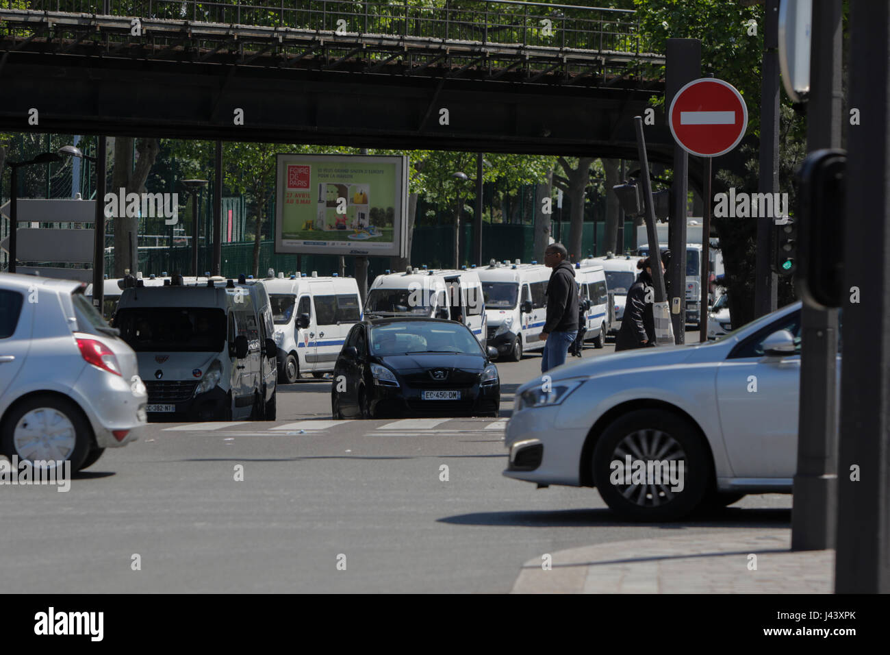 Paris, France. 9th May, 2017. A police presence around the are tries to prevent the refugees from setting up a new - Stock Image