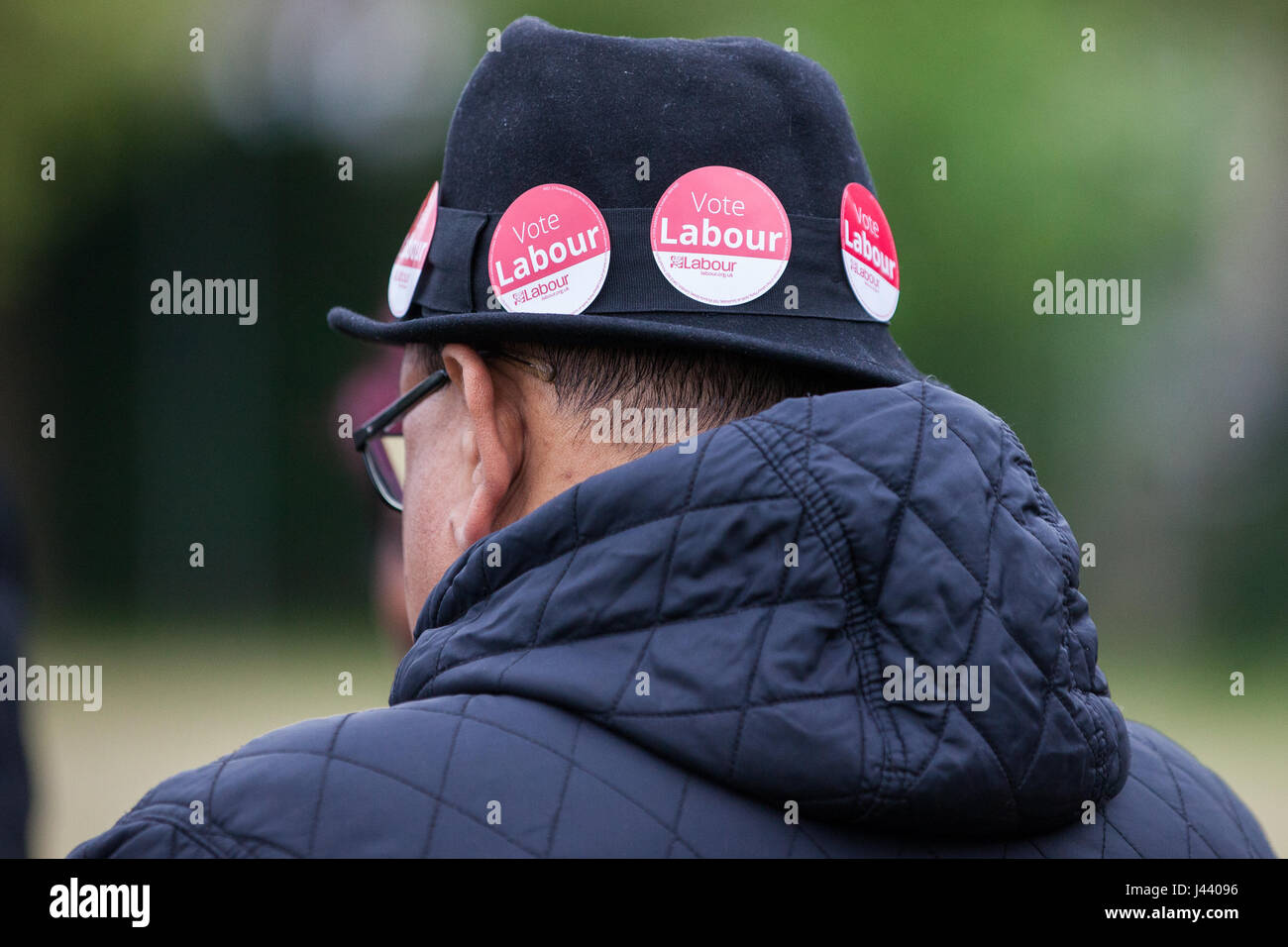 London, UK. 9th May, 2017. A Labour Party supporter campaigns in South Harrow for Gareth Thomas, Labour and Co-operative - Stock Image
