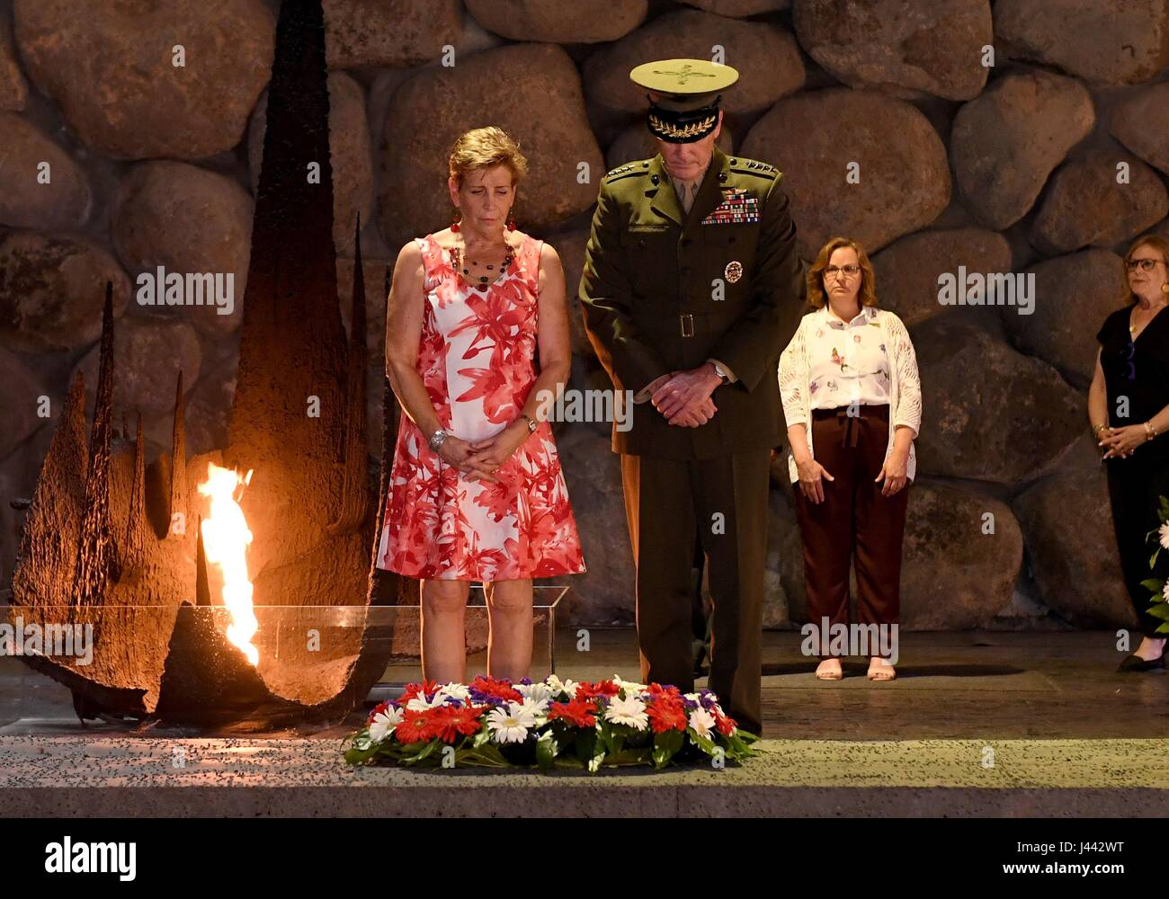 Jerusalem, Israel. 9th May, 2017. U.S. Chairman of the Joint Chiefs General Joseph Dunford, and his wife Ellyn stand - Stock Image
