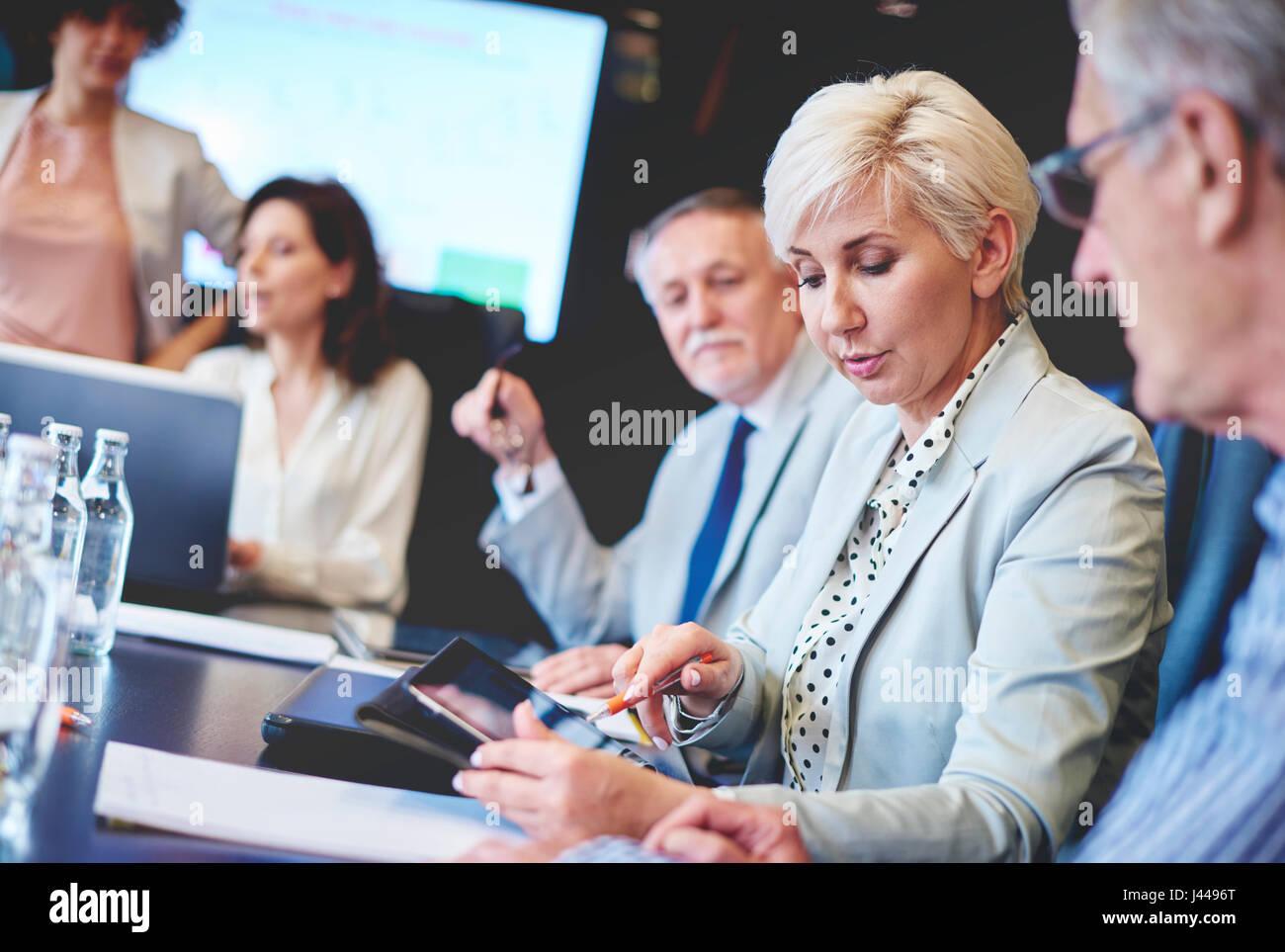Business people using wireless technology - Stock Image