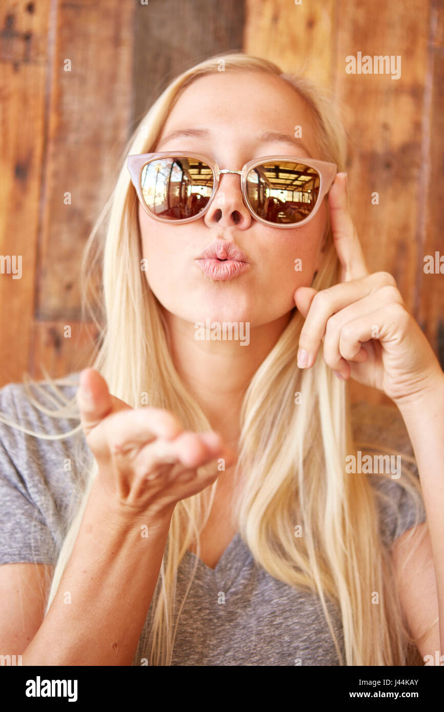 Blonde Teens Kissning Blonde