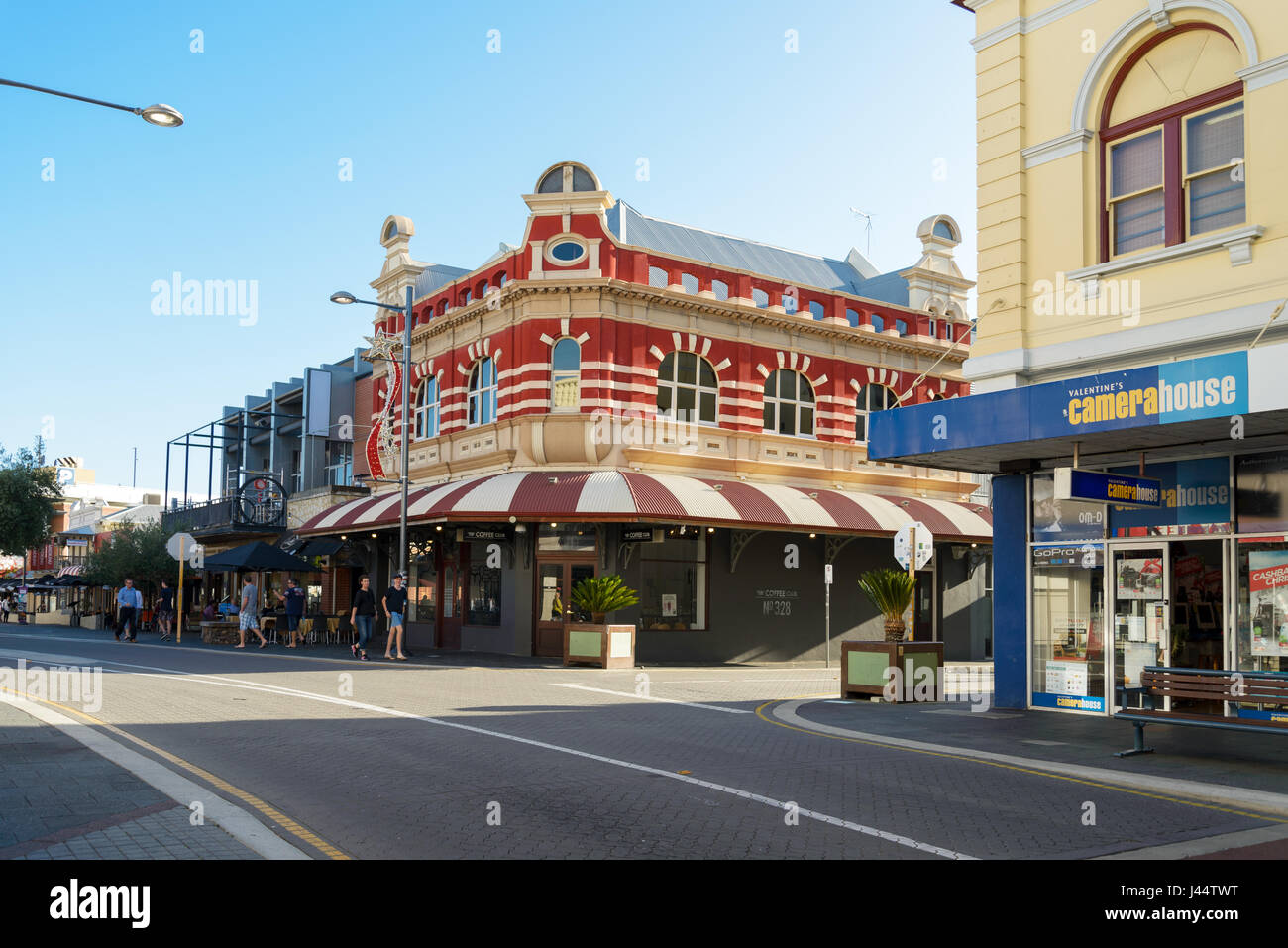 FREMANTLE, AUSTRALIA - December 10, 2015 Fremantle. Tourists in front of the Coffee Club in the Market ST, Valentine's - Stock Image