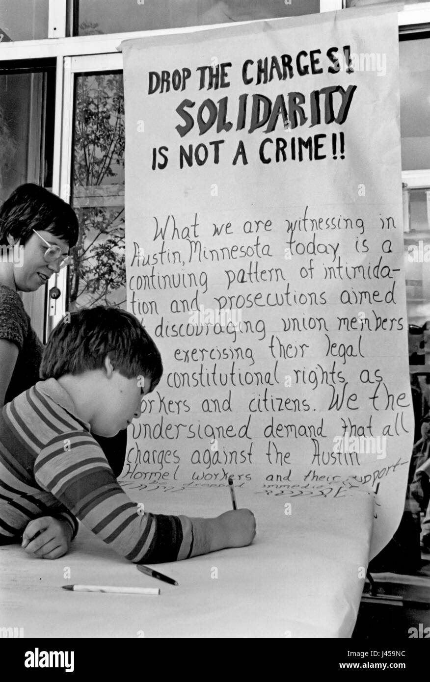 St. Paul, Minnesota - At a United Auto Workers union hall, supporters of striking Hormel meatpackers sign a petition - Stock Image